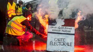 Des manifestants brûlent la réplique d'une carte électorale à Nantes (Loire-Atlantique), le 15 décembre 2018. (SEBASTIEN SALOM-GOMIS / AFP)
