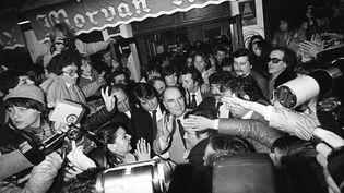 François Mitterrand, tout juste élu président de la République, salue ses partisansdevant leVieux-Morvan, à Château-Chinon (Nièvre),le 10 mai 1981. (JEAN-CLAUDE DELMAS / AFP)