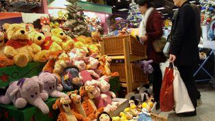 Les Français prévoient de consacrer en moyenne 639 euros à leurs achats de cadeaux de Noël, à leur alimentation et à leurs sorties pendant la période des fêtes. (JEAN-PHILIPPE KSIAZEK / AFP)