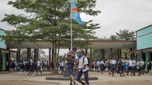 Des élèves dans la cours d'école de l'Institut commercial et technique de Kinshasa, le 10 août 2020. (ARSENE MPIANA / AFP)