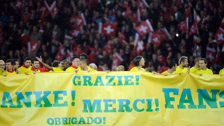 Les joueurs suisses remercient leur public après leur qualification pour le Mondial-2014