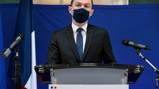 Le ministre des Comptes publics Olivier Dussopt lors d'un discours à l'aéroport Charles-de-Gaulle, le 22 février 2021 à Roissy (Val-d'Oise). (BERTRAND GUAY / AFP)
