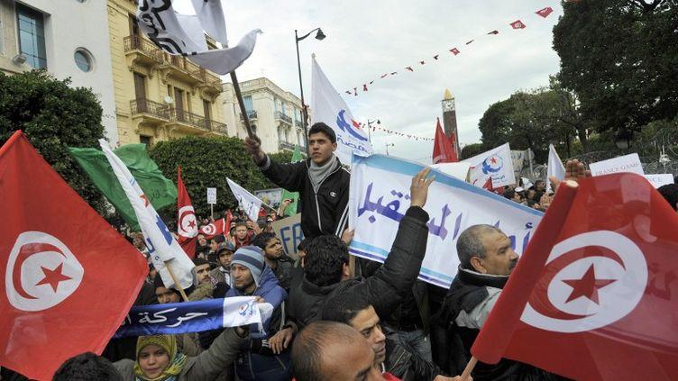 Des partisans d'Ennhada manifestent à Tunis, le 9 février 2013. (FETHI BELAID / AFP)