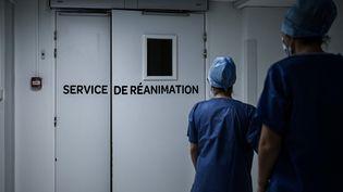 Deux soignantes à l'entrée du service de réanimation de la polyclinique Jean-Villar de Bruges, en Gironde, le 3 décembre 2020. (PHILIPPE LOPEZ / AFP)