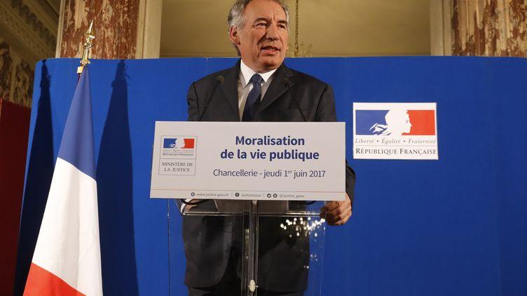 """François Bayrou, alors ministre de la justice, présente le projet de loi de moralisation de la vie publique -et l'idée d'une """"banque de la démocratie"""", le 1er juin 2017, à Paris. (FRANCOIS GUILLOT / AFP)"""