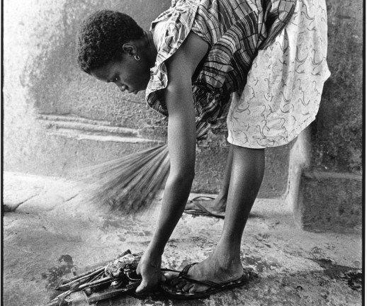 Travailleuse domestique béninoise qui fait le ménage dans une famille togolaise à Lomé. (Photo AFP/Godong)