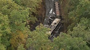 La scène du drame sur la RD17 où est survenu l'accident qui a fait au moins 43 morts, à Puisseguin (Gironde), le 23 octobre 2015. (BFMTV / AFP)
