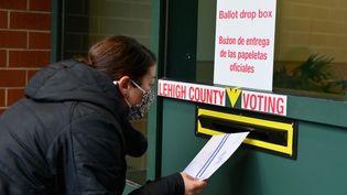Un électeur arrive pour déposer son bulletin de vote lors du vote anticipé à Allentown, en Pennsylvanie, le 29 octobre 2020. (ANGELA WEISS / AFP)
