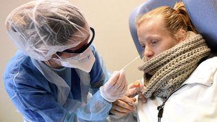 Une infirmière réaliseun test PCR de dépistage du Covid-19 à Valenciennes (Nord), le 5 novembre 2020. (FRANCOIS LO PRESTI / AFP)