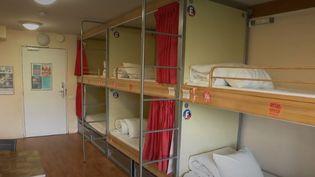 Le secteur de l'hostellerie se porte bien. Il faut dire que les auberges de jeunesse ont su s'adapter et évoluer. Reportage. (FRANCE 2)