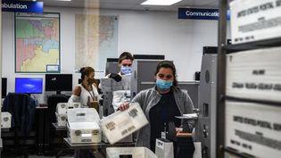 Les votes par correspondance sont traités dans un bureau de vote de Miami, en Floride (Etats-Unis), mardi 3 novembre 2020. (CHANDAN KHANNA / AFP)