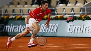 Le SerbeNovak Djokovic lors de la demi-finale contre le Grec Stefanos Tsitsipas, le 9 octobre 2020, à Roland-Garros. (THOMAS SAMSON / AFP)
