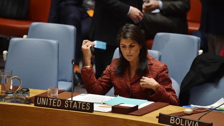 Nikki Haley, ambassadrice américaine à l'ONU, siège au Conseil de sécurité, à New York (Etats-Unis), le 10 avril 2018. (HECTOR RETAMAL / AFP)