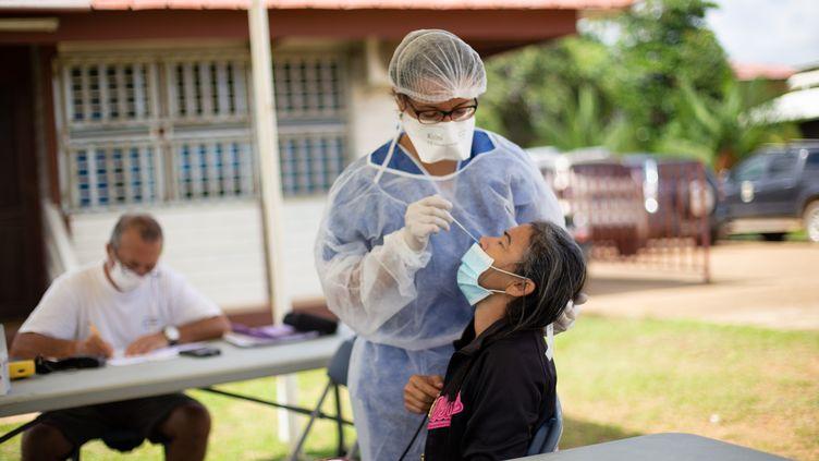 Une personne se fait dépister pour le coronavirus dans un centre à Maripasoula en Guyane, le 18 août 2020. (THIBAUD VAERMAN / HANS LUCAS/ AFP)