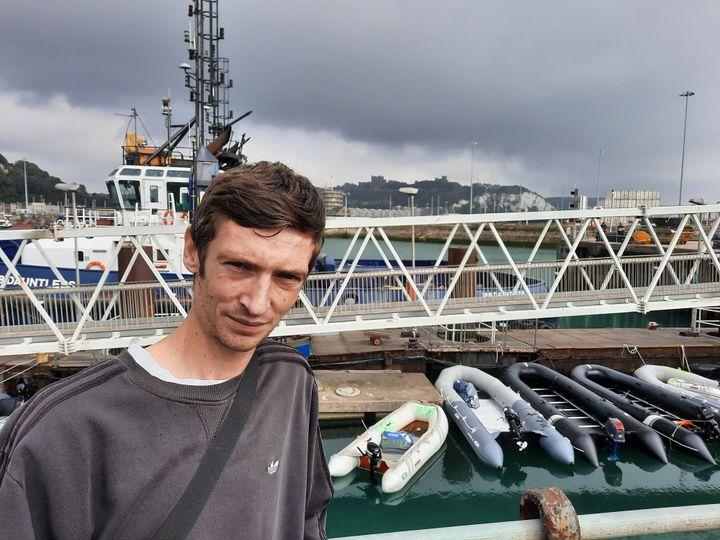 Steve Laws, sur le dock de Douvres (Angleterre). (FRANCEINFO / RADIO FRANCE)