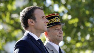 Emmanuel Macron et le général Pierre de Villiers, lors de la cérémonie du 14-Juillet, en 2016. (ETIENNE LAURENT / POOL / EPA POOL)
