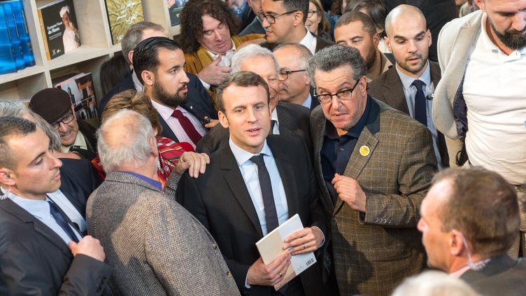 Emmanuel Macron visite le Salon du livre, à Paris, le 24 mars 2017. (SERGE TENANI / CITIZENSIDE / AFP)