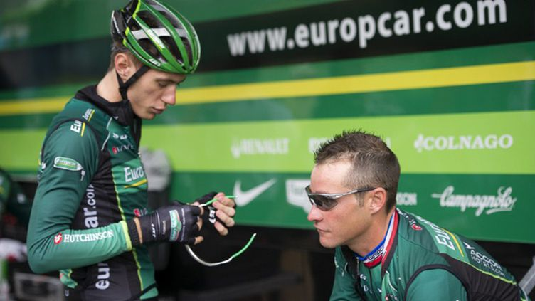 Pierre Rolland discute avec Thomas Voeckler (LIONEL BONAVENTURE / AFP)