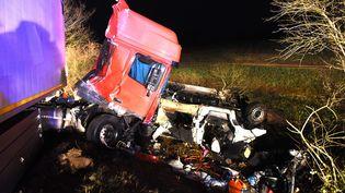 Une collision entre un minibus et un poids lourd a fait douze morts dans l'Allier, dans la nuit du 24 au 25 mars 2016. (MAXPPP)