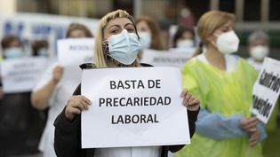 Des agents de santé lors d'une manifestation en faveur de la santé publique à Madrid (24 février 2021). (OSCAR GONZALEZ / NURPHOTO)
