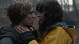 Dark est aussi une histoire d'amour à travers les temps, entre Jonas Kahnwald (Louis Hofmann) et Martha Nielsen ( Lisa Vicari) (NETFLIX)