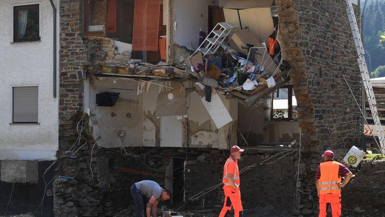 Une maison démolie après les intempéries à Kirchsahr (Allemagne), le 20 juillet 2021. (CHRISTOF STACHE / AFP)