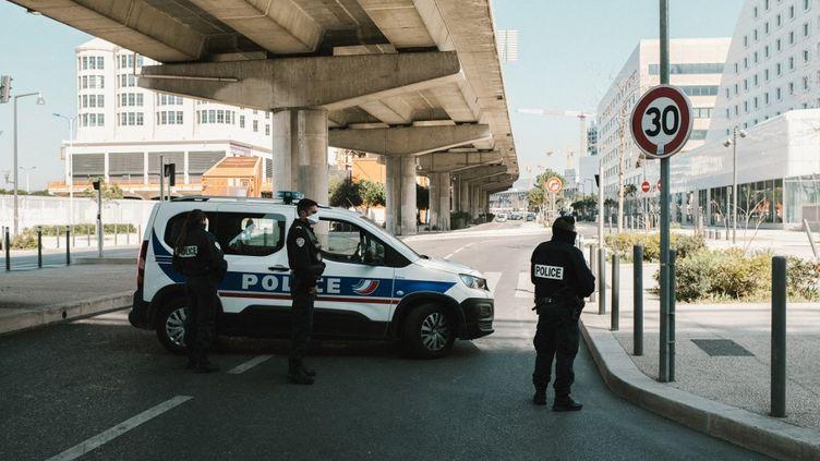 Une voiture de police à Marseille (Bouches-du-Rhône), le 18 mars 2020 (image d'illustration). (THEO GIACOMETTI / HANS LUCAS / AFP)