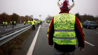 """Contrôle technique, abris jardin, cigarettes, TIPP, TVA, taxes foncières... Ce """"gilet jaune"""" décrit la Francecomme la """"championne du monde des taxes"""", le 17 novembre 2018 à Donges (Loire-Atlantique). (STEPHANE MAHE / AFP)"""