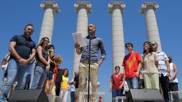 L'entraîneur de football Pep Guardiola prend la parole devant 30 000 personnes à Barcelone (Espagne), le 11 juin 2017, lors d'une manifestation favorable à l'indépendance de la Catalogne. (LLUIS GENE / AFP)