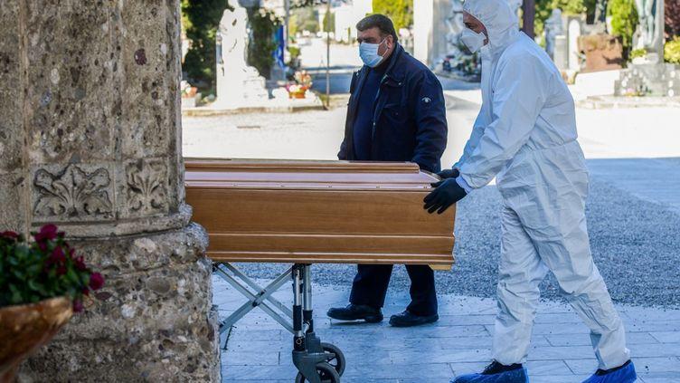 Les pompes funèbres transportent le cercueil d'une personnedécédée du coronavirus, à Bergame, en Italie, le 16 mars 2020. (PIERO CRUCIATTI / AFP)