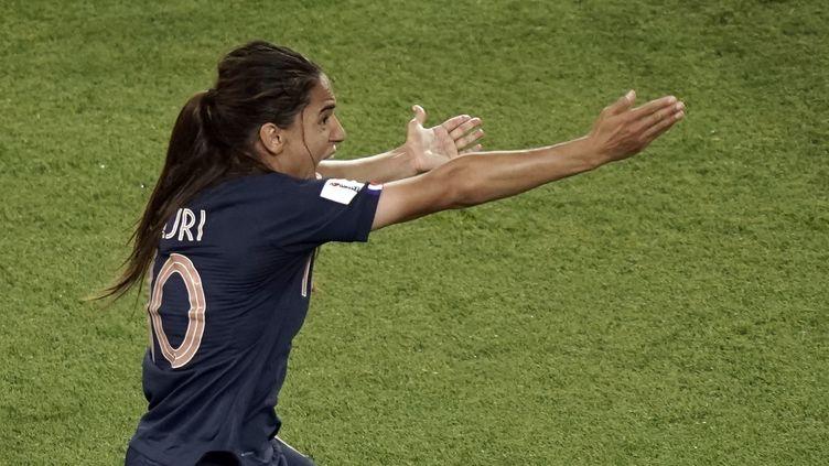 La footballeuse française Amel Majri réclame une main, le28 juin 2019, lors du quart de finale de la Coupe du monde contre les Etats-Unis. (KENZO TRIBOUILLARD / AFP)