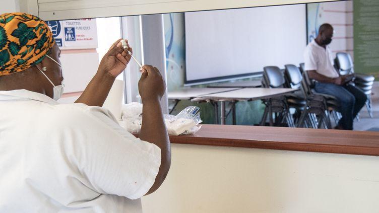 Une soignante prépare une dose de vaccin Pfizer-BioNTech contre le Covid-19 au Marigot (Martinique), le 30 août 2021. (ALAIN JOCARD / AFP)