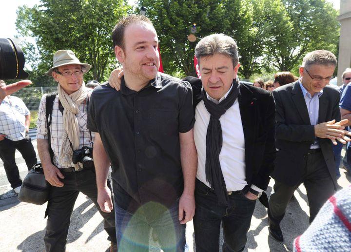 """Au delà d'un éclairage médiatique, Jean-Luc mélenchon dit être venu """"redonner du courage"""" aux salariés de Candia, au Lude (Sarthe), mercredi 5 juin 2013. (MAXPPP)"""