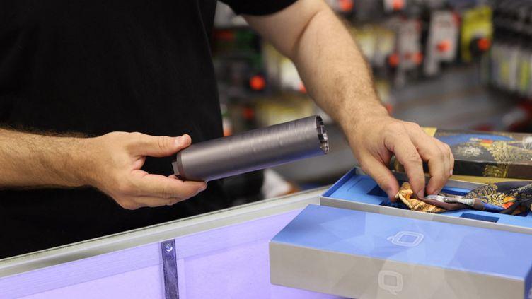 Un magasin d'armes à feu en Floride (Etats-Unis), photographié le 24 mars 2021. (JOE RAEDLE / GETTY IMAGES NORTH AMERICA)