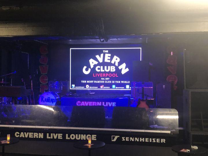 La fameuse scène reconstruite du Cavern Club. (YANN BERTRAND / RADIO FRANCE)