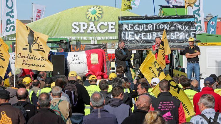 Des agriculteurs de La Coordination rurale et de la Confédération rurale bloquent partiellement les accès du SPACE à Rennes(Ille-et-Vilaine), le 25 septembre 2015 (MAXPPP)