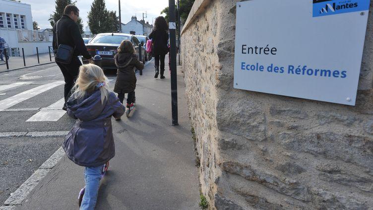 Des enfants passent devant l'école des Réformes, à Nantes (Loire-Atlantique), le 11 octobre 2013. (FRANK PERRY / AFP)