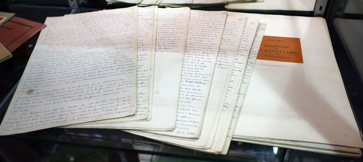 """Le manuscrit des """"Manifestes du Surréalisme"""" d'André Breton, partie de la collection Arisophil.  (Thibault Camus/AP/SIPA)"""
