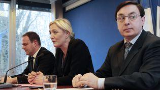 Le maire d'Hénin-Beaumont, Steeve Briois (à gauche), va remplacer Jean-François Jalkh (à droite) à la présidence par intérim du Front national. (JACQUES DEMARTHON / AFP)