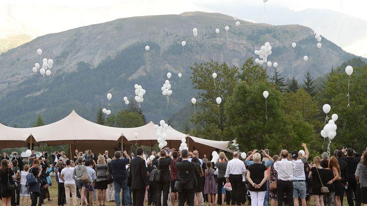 Les participants à la cérémonie ont lâché 149 ballons, vendredi 24 juillet 2015, au Vernet (Alpes-de-Haute-Provence), en hommage aux victimes du crash de l'A320 de la Germanwings. (BORIS HORVAT / AFP)