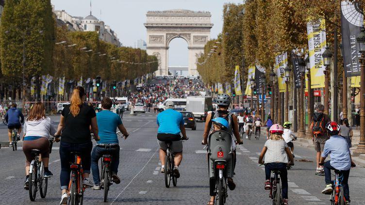 """Des cyclistes lors de la """"journée sans voitures"""" à Paris le 16 septembre 2018. (FRANCOIS GUILLOT / AFP)"""