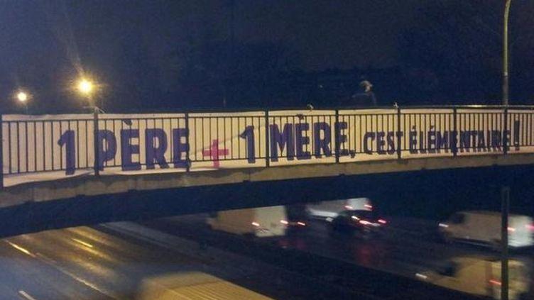 Une banderole contre le mariage des homosexuels déployée sur un pont à Paris, le 29 janvier 2013. (LA MANIF POUR TOUS)