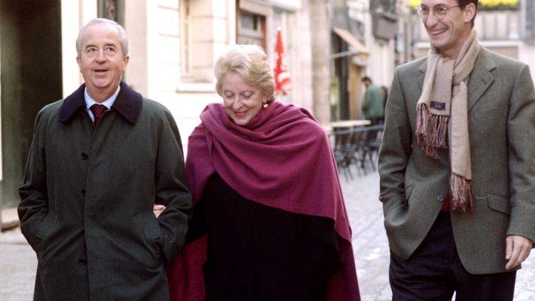 L'ancien premier ministre Edouard Balladur accompagné de sa femme et de son directeur de cabinet de l'époque, Nicolas Bazire, à Rouen (Seine-Maritime)le 4 novembre 1995. (JOEL SAGET / AFP)