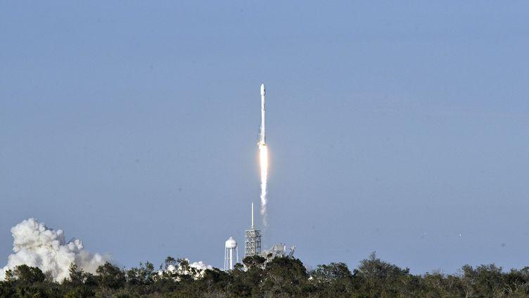 Le lanceur Falcon 9 de SpaceX décolle du Centre spatial Kennedy, en Floride (Etats-Unis), le 30 mars 2017. (BRUCE WEAVER / AFP)