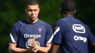 Kylian Mbappé à l'entraînement avec l'équipe de France à Clairefontaine le 11 juin 2021. (FRANCK FIFE / AFP)