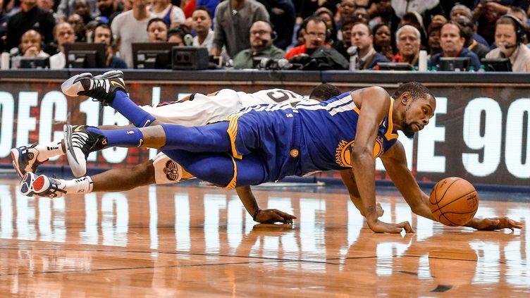 Kevin Durant se jette sur un ballon perdu