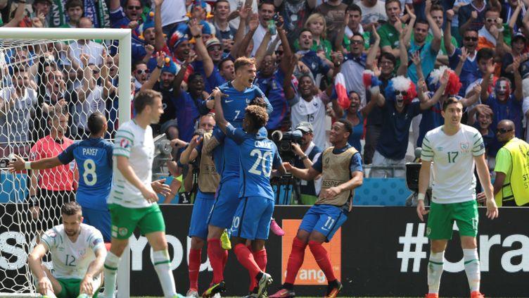 Les Bleus célèbrent un but de Griezmann lors du match France-Irlande, le 26 juin 2016 à Lyon. (MAXPPP)