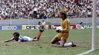 Le capitaine français Michel Platini et le gardien allemand Harald Schumacher, le 25 juin 1986 à Guadalajara (Mexique), lors de la demi-finale de la Coupe du monde. (AFP)