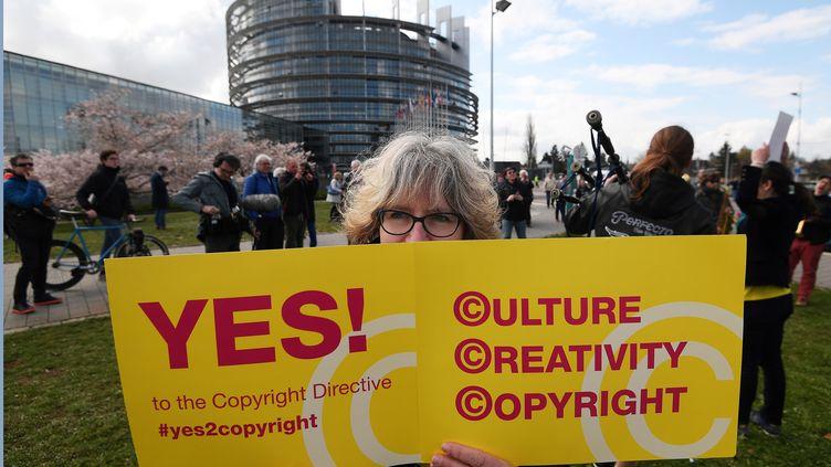 Une manifestante favorable à la réforme européenne du droit d'auteur, le 26 mars 2019, à Strasbourg. (FREDERICK FLORIN / AFP)