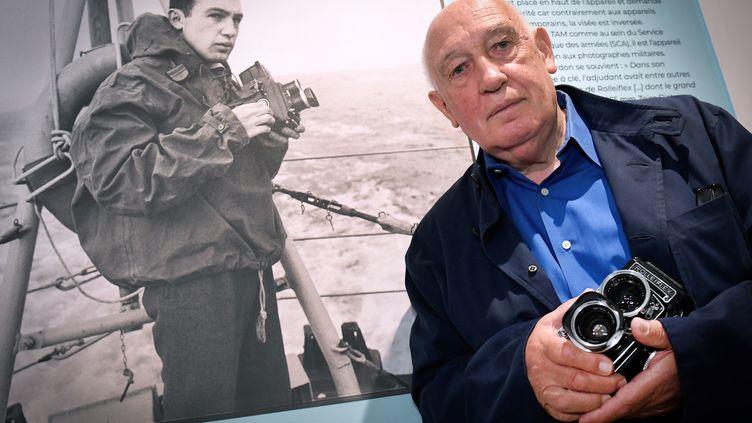 """L'artiste à Toulon à l'occasion de l'exposition """"Raymond Depardon : 1962-1963,photographe militaire"""" (GERARD JULIEN / AFP)"""